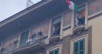 L'Italie confinée chante l'opéra aux balcons