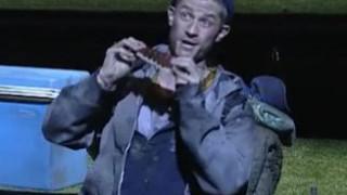 Edwin Crossley-Mercer chante l'air de Papageno dans La Flûte enchantée