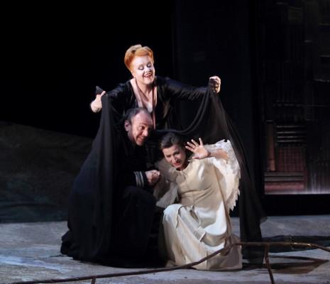 Petra Lang (Ortrud, debout) Thomas Gazheli (Telramund) et Barbara Haveman (Elsa) - Lohengrin par Louis Désiré